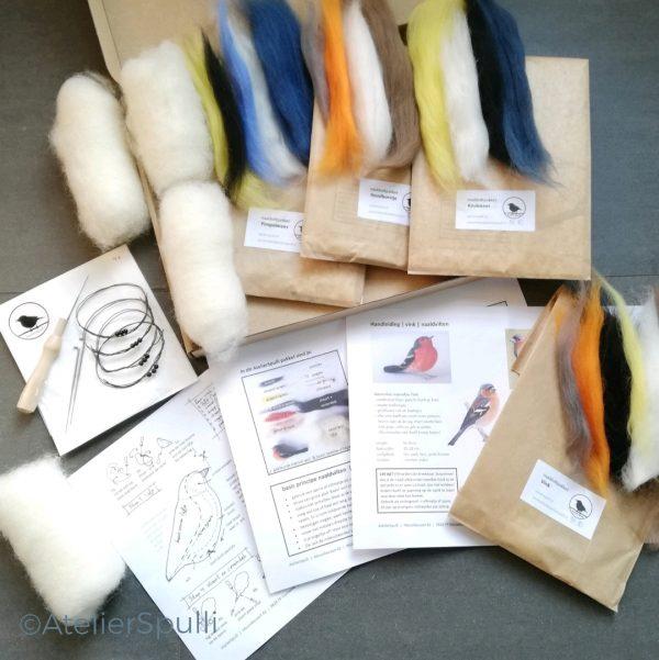 Op deze foto zie je de inhoud van een 4 vogeltjes Naaldvilt Knutselpakket, Roodborst, Koolmees, Pimpelmees en Vink. Met de gekleurde wol, de viltnaalden, de oogjes en staaldraad voor de pootjes kun je deze vogels naaldvilten. Je ontvangt ook een handleiding en kan de instructiefilmpjes bekijken op Youtube. Creatief, knutselen thuis of kom een workshop volgen bij AtelierSpulli.