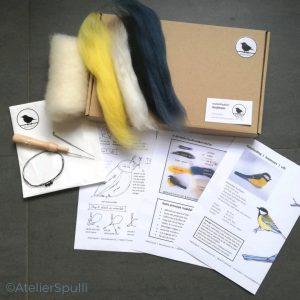Op deze foto zie je de inhoud van een Koolmees Naaldvilt Knutselpakket. Met de gekleurde wol, de viltnaalden, de oogjes en staaldraad voor de pootjes kun je deze vogel naaldvilten. Je ontvangt ook een handleiding en kan de instructiefilmpjes bekijken op Youtube. Creatief, knutselen thuis of kom een workshop volgen bij AtelierSpulli.
