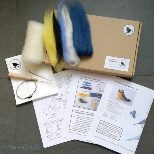 Op deze foto zie je de inhoud van een Pimpelmees Naaldvilt Knutselpakket. Met de gekleurde wol, de viltnaalden, de oogjes en staaldraad voor de pootjes kun je deze vogel naaldvilten. Je ontvangt ook een handleiding en kan de instructiefilmpjes bekijken op Youtube. Creatief, knutselen thuis of kom een workshop volgen bij AtelierSpulli.