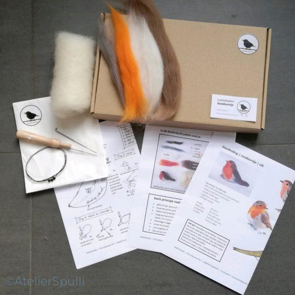 Op deze foto zie je de inhoud van een Roodborst Naaldvilt Knutselpakket. Met de gekleurde wol, de viltnaalden, de oogjes en staaldraad voor de pootjes kun je deze vogel naaldvilten. Je ontvangt ook een handleiding en kan de instructiefilmpjes bekijken op Youtube. Creatief, knutselen thuis of kom een workshop volgen bij AtelierSpulli.