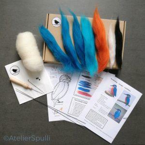 Op deze foto zie je de inhoud van een Vink Naaldvilt Knutselpakket. Met de gekleurde wol, de viltnaalden, de oogjes en staaldraad voor de pootjes kun je deze vogel naaldvilten. Je ontvangt ook een handleiding en kan de instructiefilmpjes bekijken op Youtube. Creatief, knutselen thuis van AtelierSpulli.